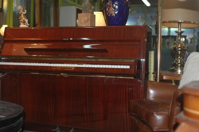 Piano y objetos decorativos