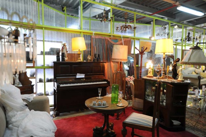 Piano, mesitas, lámparas